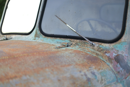 A Windshield of old vintage classic car wreck Standard-Bild - 119227038