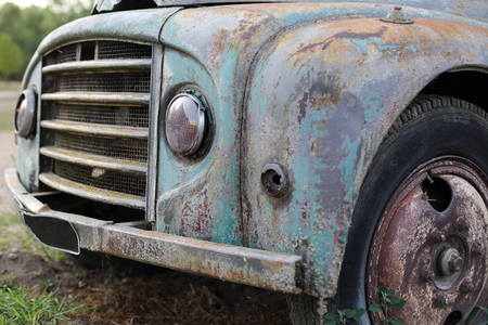 A Old rusted vintage classic car wreck Standard-Bild - 119227187