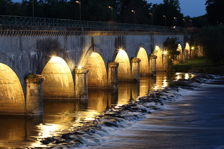 The Pont canal bridge at Digoin in France at night Standard-Bild - 119227280