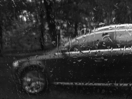 Regendruppels en de achtergrond van een machine