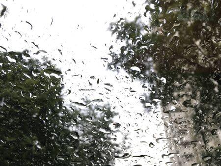 Regendruppels op de glazen achtergrond Stockfoto