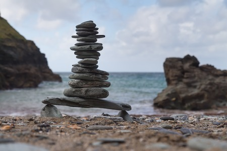 Tower of pebbles on a beach 版權商用圖片 - 86866082