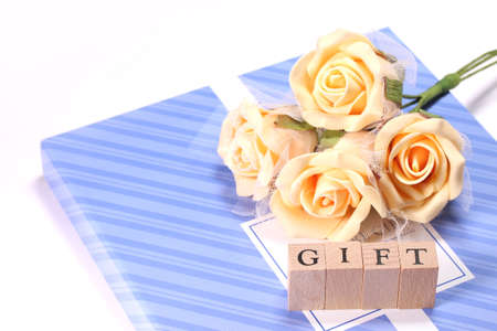 Gift box and bouquet  on white background Imagens