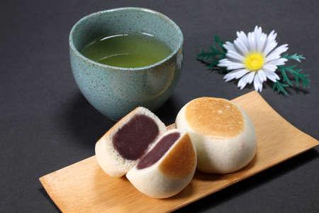 Manju (japanese cake) and japanese tea Imagens
