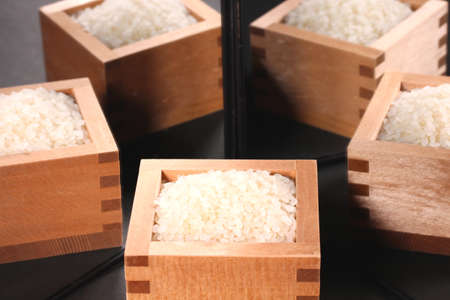 Japnese rice in a  wooden cup  reflecting in the mirror Imagens