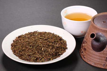 Hojicha, roasted green tea, cup of tea and tea leaves Banco de Imagens