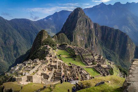 Machu Picchu ruins, Perú. The city and the Huayna Picchu mountain can be appreciated. Big mountains behind. 免版税图像