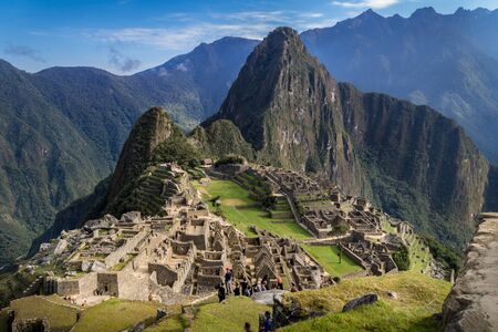 Machu Picchu ruins, Perú. The city and the Huayna Picchu mountain can be appreciated. Big mountains behind. 版權商用圖片