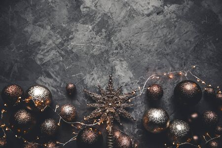 Christmas toys with a star on a gray background. New Year, decorations, cards Banque d'images
