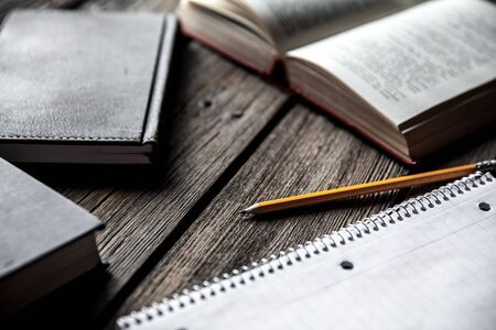 Concetto di affari, idee, libri e quaderno su uno sfondo di legno con matite