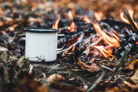 Making coffee at the stake. Make coffee or tea on the fire of nature. Burned fire. A place for fire. Ashes and coal. Banque d'images - 137797353