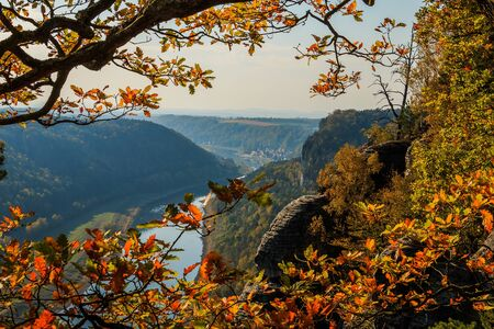 Panoramic view of the rocks of the Elbe Sandstone Mountains. Sunny day with autumn mood in Saxon Switzerland. Coniferous and deciduous trees with blue sky 版權商用圖片