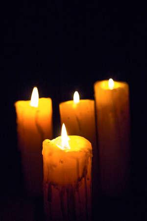 luz de velas: Luz de las velas en el fondo negro Foto de archivo