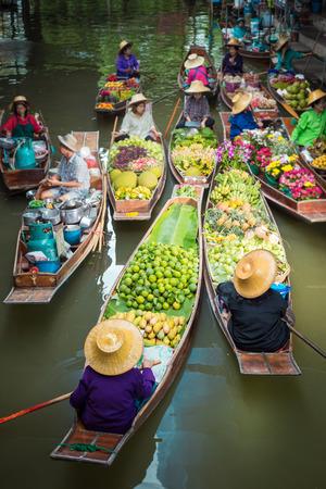 Barcos flotantes del mercado en Tailandia. Foto de archivo - 65583508