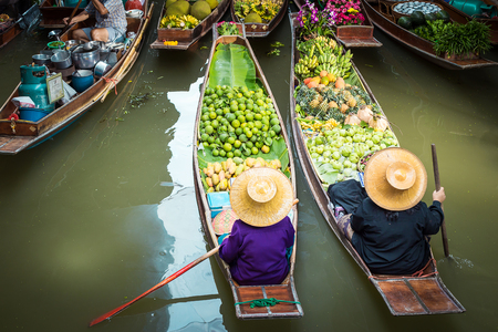 Drijvende markt in Thailand.