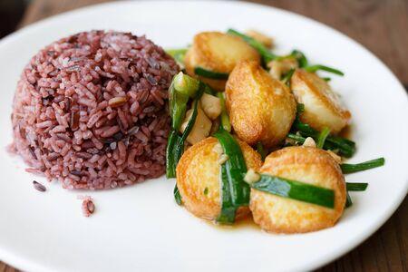 Rijst en Gefrituurde Tofu met Jussaus.