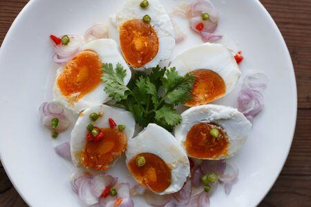 De kruidige gezouten eisalade eet met gekookte rijst, Thais voedsel