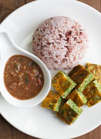 Garnalendeeg Chilisaus (Nam Prik Ka Pi) dient met rijst en groenten, Thais eten
