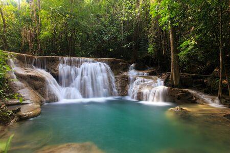 prachtige waterval in diep bos