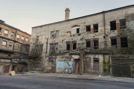 Viejos edificios industriales abandonados con las ventanas rotas Foto de archivo - 15721201