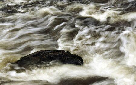 flowing river: Rock en el r�o que fluye
