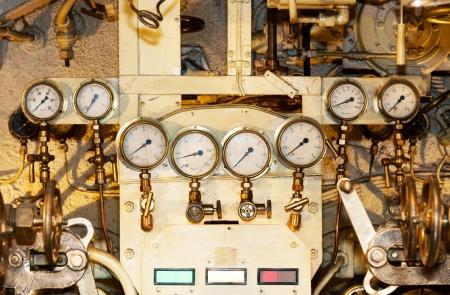 Una foto di diversi indicatori per misurare la pressione di un motore La foto è presa all'interno e vecchio sottomarino chiamato Lembit costruito poco prima della seconda guerra mondiale Archivio Fotografico - 17788440