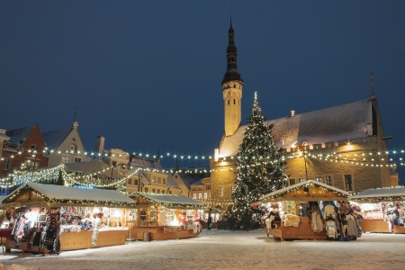 kiosk: Christmas market at town hall square in the Old Town of Tallinn, Estonia Stock Photo