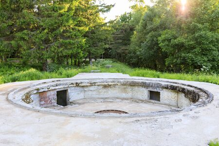beton: Ancient cannon platform made of concrete in forest Stock Photo