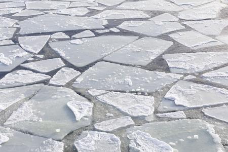 Eisplatten schwimmen in der eiskalten Ostsee