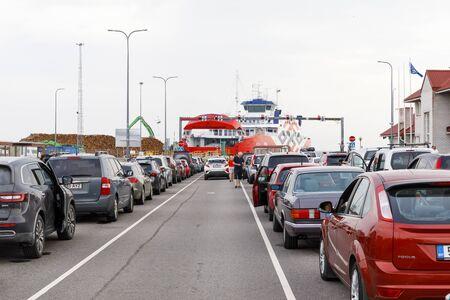 HIIUMAA, ESTNOIA - JULY 29, 2018: Vehicles in long barge queue in Heltermaa port in Hiiumaa, Estonia in July 2018 Redactioneel