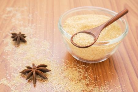 나무로되는 숟가락에 갈색 설탕