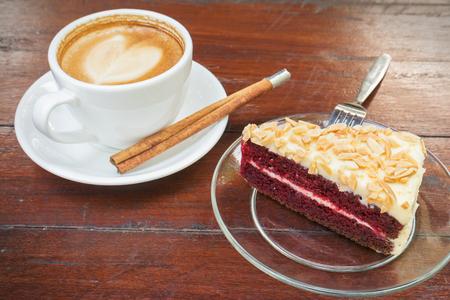 Rood fluwelen taart met een kopje koffie