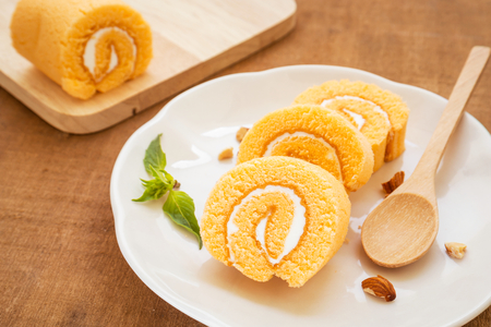 Oranje roll taart op plaat Stockfoto