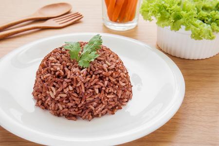 arroz: Arroz al vapor rojo de la placa Foto de archivo