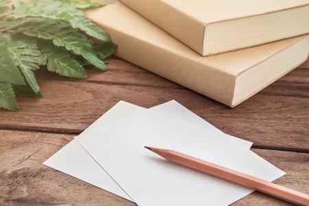 lapiz: L�piz con el papel y el libro sobre la mesa de madera