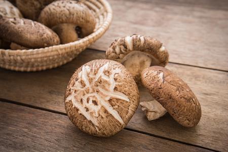 나무 테이블에 표고 버섯