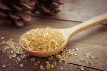 Bruine suiker op houten lepel