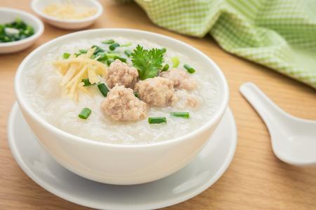 Congee met gehakt varkensvlees in kom Stockfoto - 41867582
