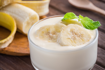 yogurt natural: Yogur con el plátano en vidrio