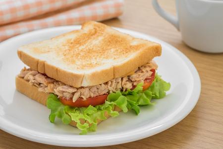 Tonijn sandwich en kopje koffie