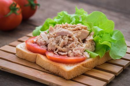 bocadillo: Sándwich de atún con verduras