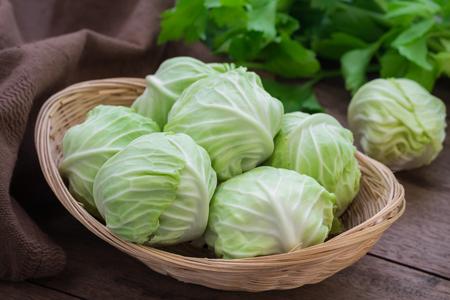 cabbage: Col en cesta en el vector de madera