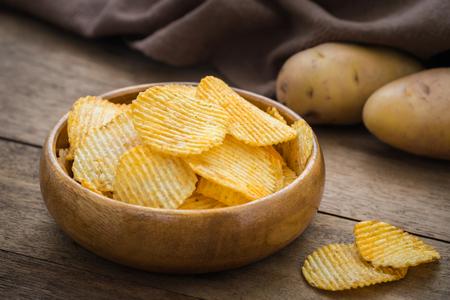 papas: Las papas fritas en un tazón y la patata fresca