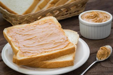 cacahuate: S�ndwich de mantequilla de man� en la placa Foto de archivo