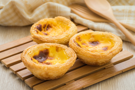 Egg tart on wooden plate Archivio Fotografico