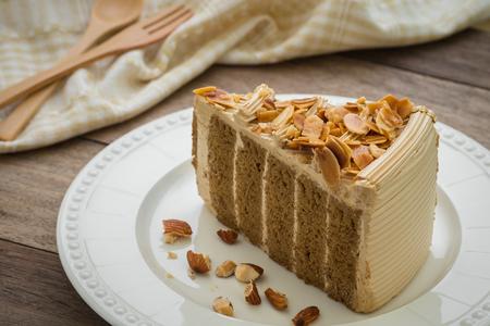 rebanada de pastel: Torta de café con almendras en la placa