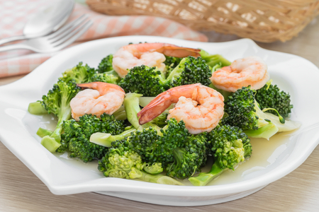 Roergebakken broccoli met garnalen op plaat Stockfoto - 50244285