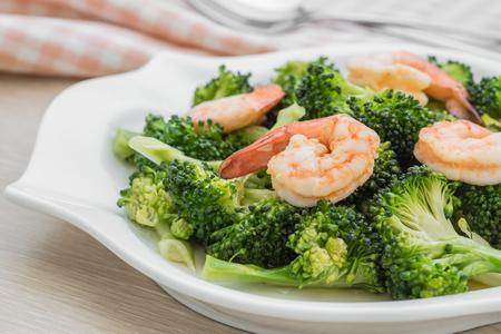 camaron: Revuelva el brócoli frito con camarones en la placa
