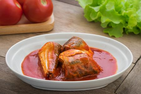 Ingeblikte vis in tomatensaus op plaat