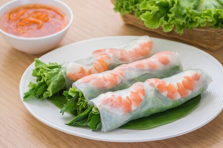 spring roll: Fresh spring roll with shrimp and dipping sauce, Vietnamese food